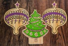 Arbre et ornements de Noël sur le vieux vintage, rétro fond en bois classique Photo libre de droits