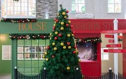 Arbre et panneaux routiers de Noël Photographie stock