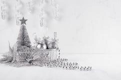 Arbre et poinsettia argentés de scintillement de Noël sur le fond moderne blanc Photo libre de droits