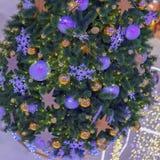 Arbre impeccable de Noël avec des décorations, boules de Noël, guirlandes argentées, bokeh Fond de fête Foyer sélectif photos libres de droits
