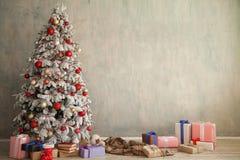 Arbre intérieur de nouvelle année de vacances de pièce blanche de cadeaux de Joyeux Noël photos libres de droits