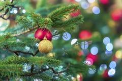 Arbre lumineux de spurse de Noël avec des décorations, boules de Noël, guirlandes colorées, bokeh Contexte de fête coloré image stock