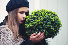 Arbre mignon de plante verte d'embrassement de femme Concept environnemental Photo stock