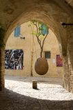Arbre orange suspendu dans Jaffa image stock