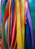 Arbre rituel avec les rubans et les écharpes colorés Image libre de droits