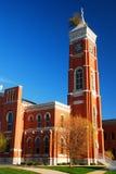 Arbre s'élevant hors du tribunal de Decatur Co photos stock