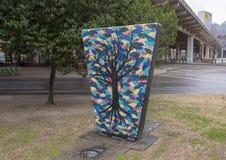 Arbre sans feuilles et fond coloré dans Art Park, Ellum profond, Dallas, le Texas Image libre de droits