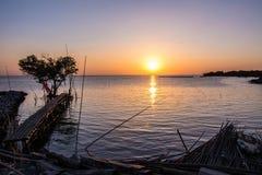 Arbre sous forme de coeur avec le pont en bois sur la mer au crépuscule dans Bangpu, en Thaïlande Photos stock