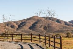 Arbres avec la barrière et les montagnes à Chula Vista, la Californie photos stock