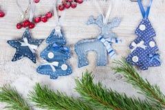 Arbres, cerfs communs et étoiles de Noël Photo stock