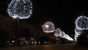 Arbres décorés des boules rougeoyantes le soir Éclairage de fête de Noël clips vidéos