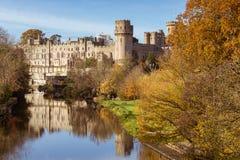 Arbres d'automne d'avon de rivière de château de Warwick, warwick photographie stock libre de droits