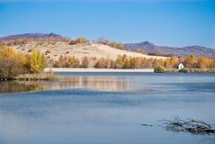 Arbres d'or par le lac tranquille Image stock