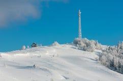 Arbres de givrage de hoar d'hiver, tour et congères MOIS carpathien photos libres de droits