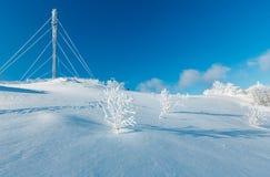 Arbres de givrage de hoar d'hiver, tour et congères MOIS carpathien photographie stock