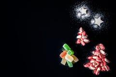 Arbres de Jelly Christmas et étoiles de sucre sous les formes pour des biscuits horizontaux Photos stock