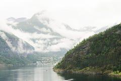 Arbres de montagne de fjord Photographie stock