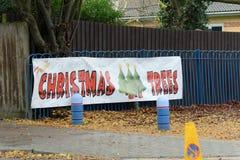 Arbres de Noël à vendre le signe Photographie stock libre de droits