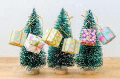 Arbres de Noël avec des boîte-cadeau sur la table en bois Photographie stock