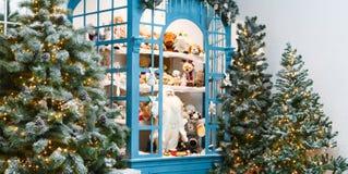 Arbres de Noël décorés à l'arrière-plan brillant de guirlande Photos stock