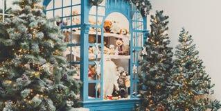 Arbres de Noël décorés à l'arrière-plan brillant de guirlande Photo stock