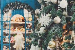 Arbres de Noël décorés à l'arrière-plan brillant de guirlande Images stock