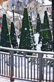 Arbres de Noël dans un village de station de sports d'hiver Image libre de droits