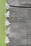 Arbres de Noël en bois avec le tissu vert sur le backgrou en bois gris Photographie stock libre de droits
