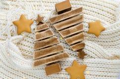 Arbres de Noël en bois avec les lumières de Noël, le pain d'épice et les cônes Images libres de droits