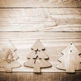 Arbres de Noël en bois simples sur un fond en bois gris métier Photos libres de droits