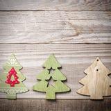 Arbres de Noël en bois simples sur un fond en bois vert Craf Photographie stock libre de droits