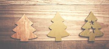 Arbres de Noël en bois simples sur un fond en bois vert Craf Photos stock