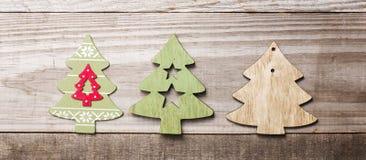 Arbres de Noël en bois simples sur un fond en bois vert Craf Photo stock