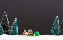 Arbres de Noël et peu d'ornements de babiole Photographie stock libre de droits