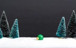 Arbres de Noël et peu d'ornements de babiole Photos libres de droits