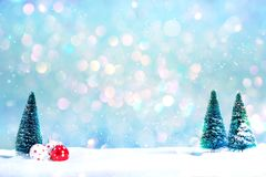 Arbres de Noël et peu d'ornements de babiole Photo libre de droits