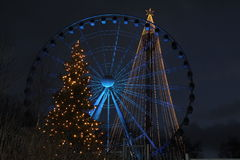 Arbres de Noël et une roue de ferris Images stock