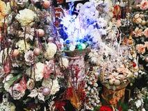 Arbres de Noël multicolores décorés des boules, des fleurs et de t Images stock