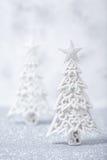 Arbres de Noël scintillants de scintillement dans l'argent et le blanc Image libre de droits