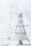 Arbres de Noël scintillants de scintillement dans l'argent et le blanc Photo libre de droits
