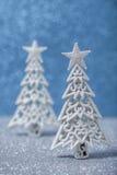Arbres de Noël scintillants de scintillement dans l'argent et le blanc Photographie stock