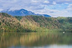 Arbres de réflexion en automne dans le lac Levico Termen, Italie images stock