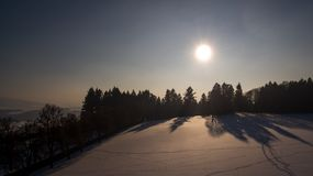 Arbres de sorcière de coucher du soleil d'hiver et neige, photo aérienne Image libre de droits