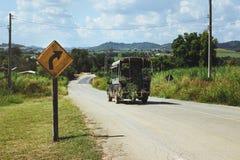 Arbres de transport de camion dans une route de campagne Photos stock