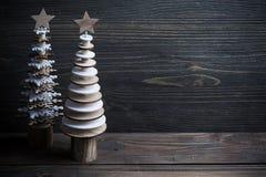 Arbres en bois de Noël sur le fond en bois rustique Photos stock