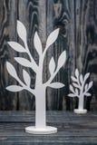 Arbres en bois fabriqués à la main blancs Photos stock