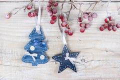 Arbres et étoiles de Noël sur une branche avec des baies Photographie stock libre de droits