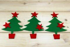 Arbres et étoiles de Noël sur une table en bois Photos stock