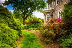 Arbres et buissons derrière le manoir de Cylburn à l'arborétum de Cylburn Image stock