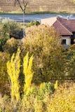 Arbres et maison de campagne colorés d'automne Photographie stock libre de droits